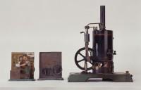 Antriebsmodelle Inv.-Nr. 90/58 und 90/56 links  Dampfmaschine mit stehendem Kessel Inv.-Nr. 89/26 rechts