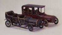 Cabriolet Inv.-Nr. 60/402 links  Limousine mit Chauffeur Inv.-Nr. 93/301 rechts