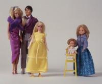Ankleidepuppe Inv.-Nr.: 89/218 rechts  Baby im Stuhl Inv.-Nr.: 89/369 a, b rechts  Ankleidepuppe, Ken Inv.-Nr.: 89/201 mitte links  Ankleidepuppe, Barbie Inv.-Nr.: 89/308 links  Ankleidepuppe, Skipper Inv.-Nr.: 89/147 mitte