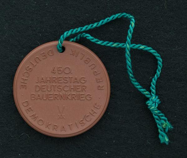 VEB Staatliche Porzellan-Manufaktur - Gedenk-Medaille 450. Jahrestag Deutscher Bauernkrieg